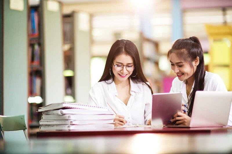 Nhiều trường đại học ở Mỹ hiện đang tạm thời đóng cửa và thay thế bằng phương pháp học tập trực tuyến cho du học sinh khi dịch covid 19 diễn biến phức tạp