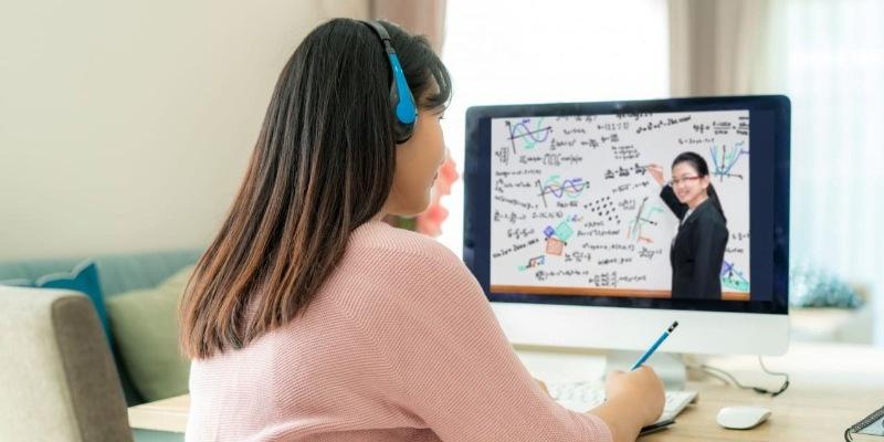 Nhiều trường  đã chuyển tất cả khoá học sang hình thức online khi dịch bùng phát mạnh