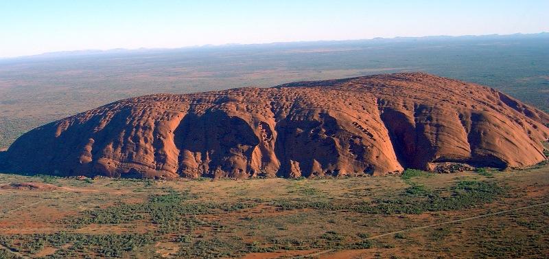 Uluru là một hòn đá cát khổng lồ được hình thành bên trong công viên quốc gia