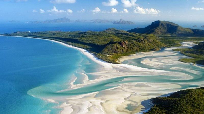 Quần đảo Whitsundays nằm ngay chính trung tâm của Rạn san hô Great Barrier