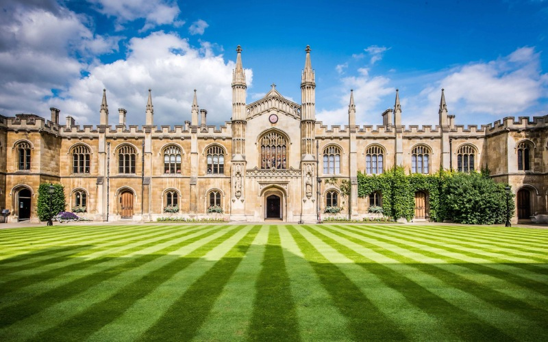 Năm 2017, Hội đồng Khảo thí tiếng Anh Cambridge đã trao Giải thưởng Trung tâm khảo thí mới xuất sắc nhất cho Discover English.