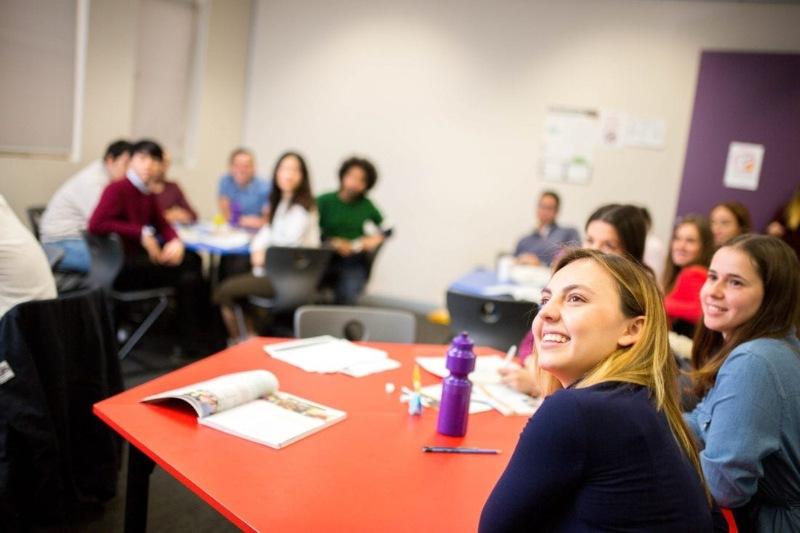 Nhà trường cũng hỗ trợ các dịch vụ và chương trình học như bố trí việc làm hay tăng cường bài học bổ sung