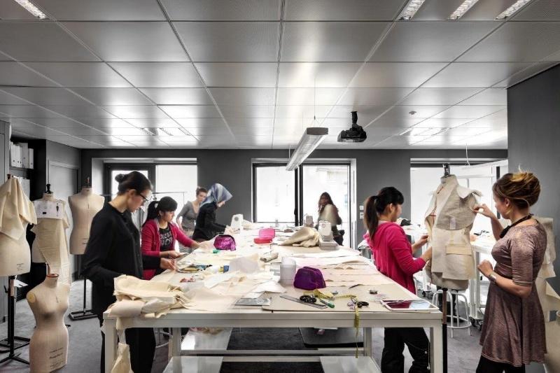 Sinh viên đang theo học ngành thiết kế thời trang tại Melbourne, Úc