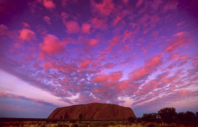 Uluru là một tảng đá hùng vĩ  được tạo hình trong khuôn viên công viên quốc gia Kata Tjutu.