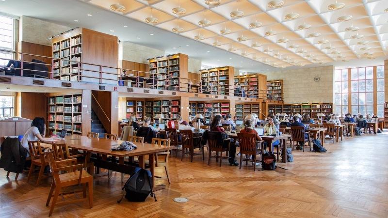 Trường còn có 7 thư viện hiện đại với 1,3 triệu tài nguyên