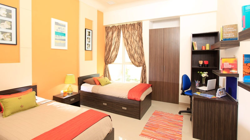 Thuê nhà ở khu ký túc xá, bạn sẽ được mượn khung giường, nệm, bọc nệm, bàn học, ghế, đèn học và tủ quần áo